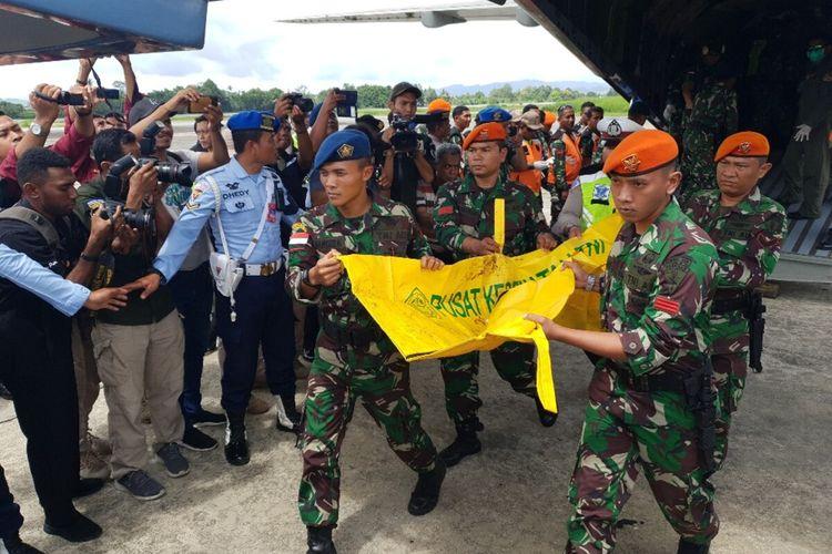 Jenazah korban MI 17 diturunkan dari pesawat CN 235 milik TNI AU di Base Ops Lanud Silas Papare, Jayapura, Papua, Sabtu (15/02/2020)