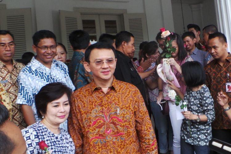 Gubernur DKI Jakarta Basuki Tjahaja Purnama atau Ahok ladeni foto warga di Pendopo Balai Kota DKI Jakarta, Jumat (21/4/2017).