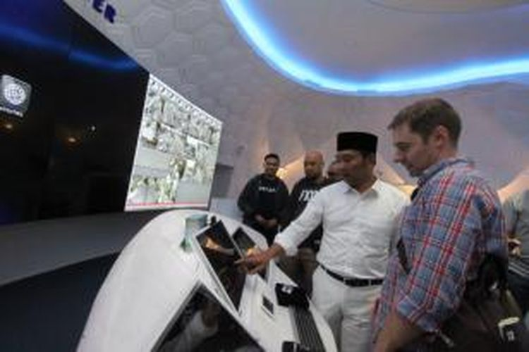Wali Kota Bandung Ridwan Kamil saat memamerkan sejumlah fasilitas di Bandung Command Center kepada Director of Product Marketing Facebook, Benji Shomair di Balai Kota Bandung, Senin (5/10/2015)
