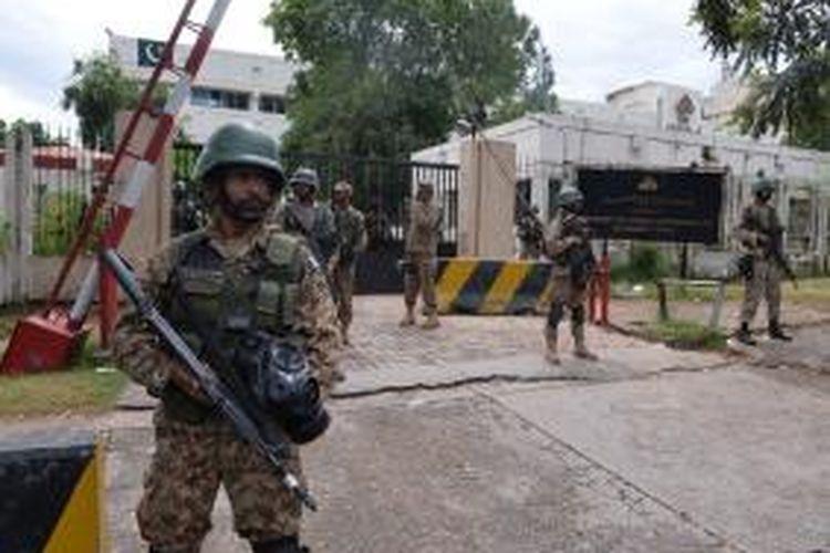 Tentara Pakistan menjaga kantor stasiun televisi pemerintah PTV setelah diserang pengunjuk rasa anti-pemerintah, Senin (1/9/2014)/
