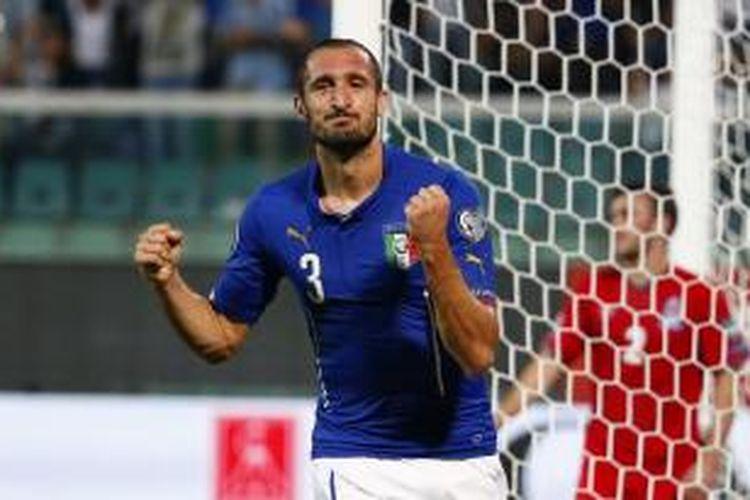 Bek Italia, Giorgio Chiellini, merayakan gol pertamanya (dari dua) ke gawang Azerbaijan, pada pertandingan kedua Grup H Piala Eropa, di Renzo Barbera, Palermo, Jumat (10/10/2014).