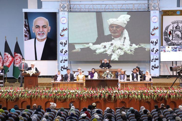 Presiden Afghanistan Ashraf Ghani berbicara di pertemuan tradisional tetua suku Afghanistan dan pemangku kepentingan lainnya, yang bernama Loya Jirga. Pertemuan diadakan di Kabul, ibu kota Afghanistan, pada Jumat (7/8/2020).
