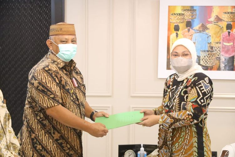Menteri Ketenagakerjaan Ida Fauziyah menerima sertifikat tanah yang dihibahkan Gubernur Gorontalo Rusli Habibie untuk dibangun Balai Latihan Kerja (BLK) di sana, Jakarta, Selasa (2/2/2021).