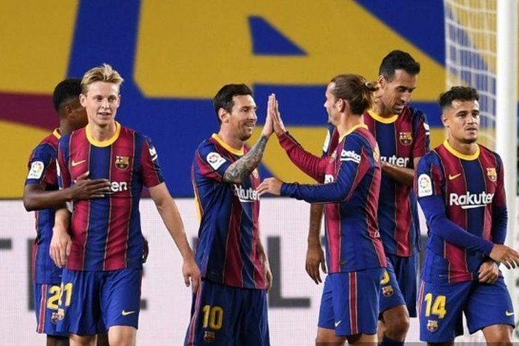 Penyerang Barcelona, Lionel Messi, diselamati rekan-rekannya setelah membobol gawang Villarreal pada lanjutan Liga Spanyol 2020-2021.