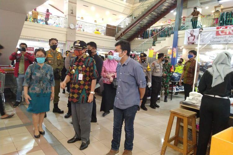 Bupati Semarang Mundjirin meninjau pasar swalayan.