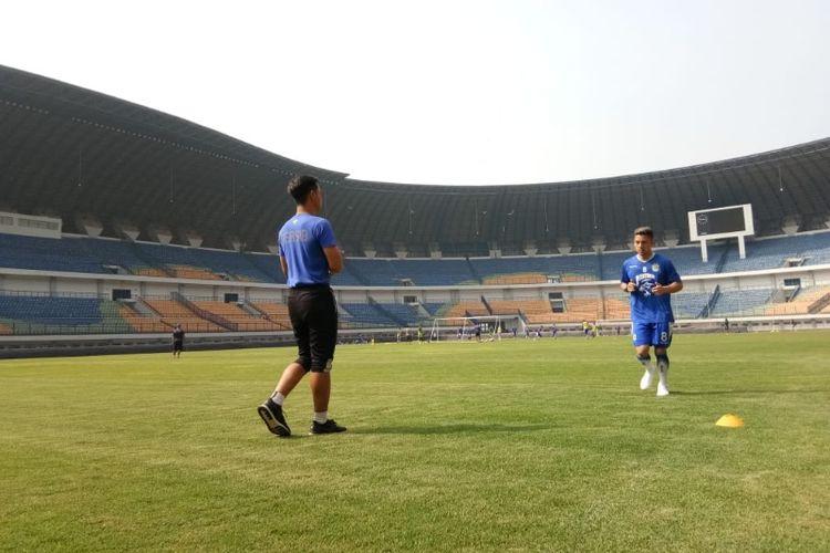 Gelandang Persib Bandung Kim Kurniawan saat berlatih di Stadion Gelora Bandung Lautan Api, Rabu (1/8/2018).