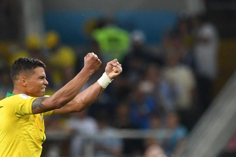 Bek Brasil, Thiago Silva, melakukan selebrasi setelah mencetak gol ke gawang Serbia pada pertandingan penyisihan Grup E Piala Dunia 2018 di Spartak Stadium, Moskow, Rabu (27/6/2018).