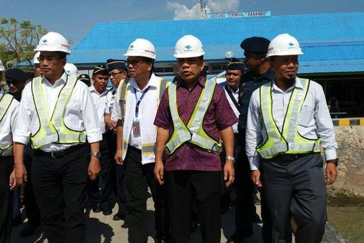 Menteri Perhubungan Budi Karya Sumadi (kedua dari kiri) didampingi Gubernur NTT Frans Lebu Raya (kedua dari kanan) meninjau Pelabuhan Tenau Kupang, NTT, Sabtu (29/10/2016)