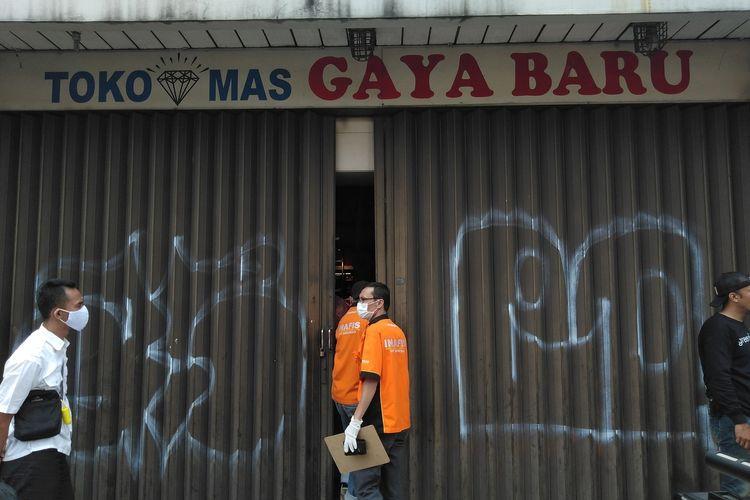Petugas Inafis masuk ke salah satu toko di kawasan Kosambi, Jalan Ahmad Yani, Kota Bandung, Senin (20/9/2021). Perampokan itu mengakibatkan pemilik toko emas tewas.