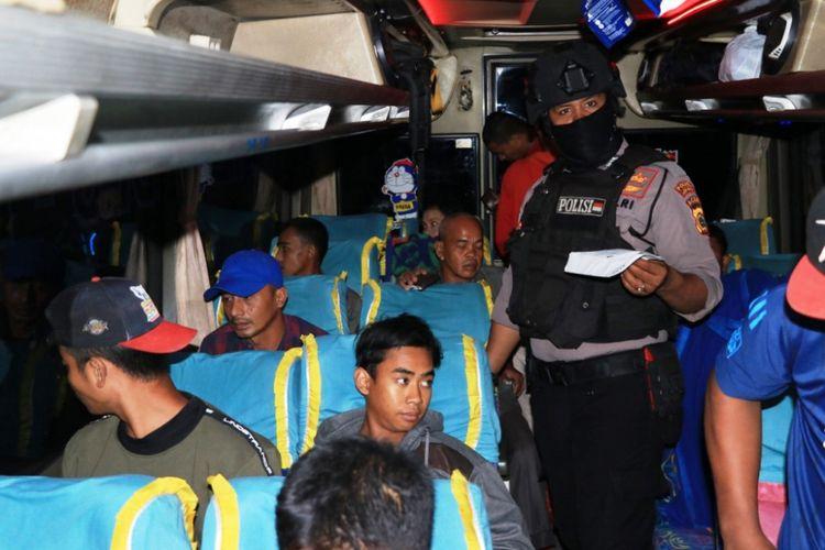 Polisi merazia penumpang bus di jalan nasional Medan-Banda Aceh, Syamtalira Aron, Kabupaten Aceh Utara, Jumat (30/11/2018) dinihari