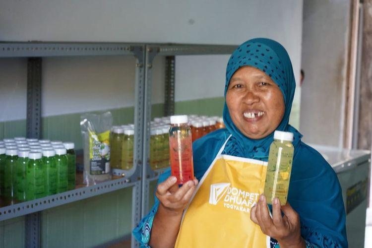 Sumarni (54), warga Desa Katongan, Kecamatan Nglipar, Kabupaten Gunung Kidul, Daerah Istimewa Yogyakarta (DIY) dengan produk minuman olahan dari tanaman lidah buaya. Produk ini berhasil dipasarkan hingga ke luar DIY.