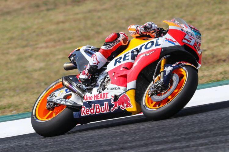 Pebalap Repsol Honda Team asal Spanyol, Marc Marquez, memacu motornya pada sesi latihan bebas pertama GP Catalunya di Circuit de Barcelona-Catalunya, Jumat (9/6/2017).