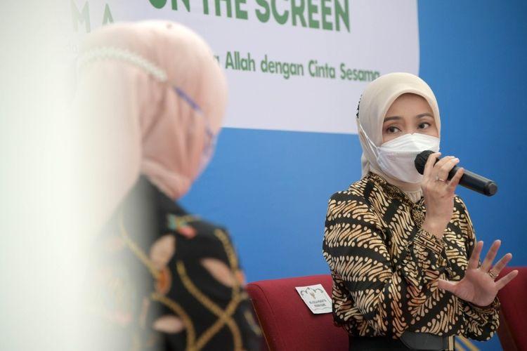 Istri Gubernur Jawa Barat Ridwan Kamil, Atalia Praratya saat menghadiri konferensi pers Buka Bersama on The Screen (Bubos) di Gedung Sate, Kota Bandung, Jumat (16/4/2021).