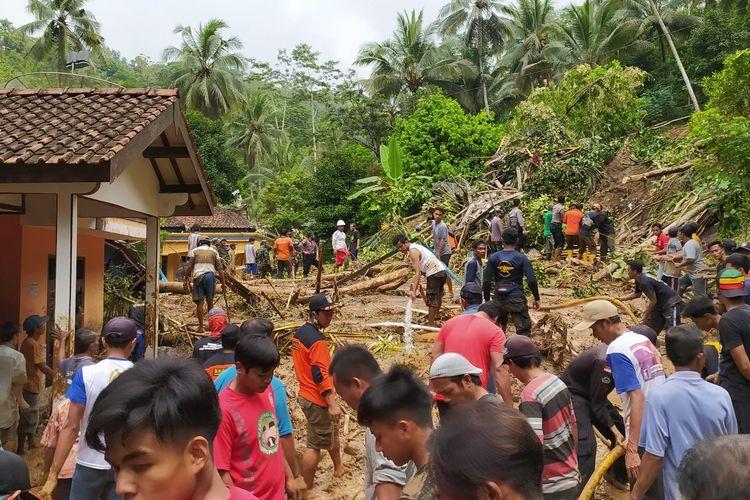 Pencarian korban yang tertimbun longsor di Grumbul Kali Cawang, Desa Banjarpanepen, Kecamatan Sumpiuh, Kabupaten Banyumas, Jawa Tengah, Selasa (17/11/2020).