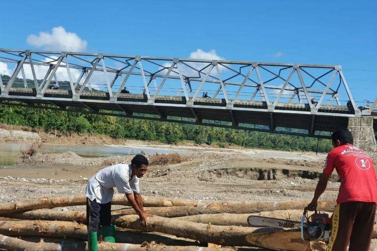 Pemasangan jembatan darurat bailey sebagai pengganti Jembatan Waiburak 2 di Kabupaten Flores Timur, Provinsi Nusa Tenggara Timur (NTT) telah tuntas dilakukan.