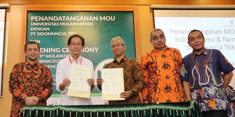 PT. Industri Jamu dan Farmasi Sido Muncul, Tbk dan Fakultas Farmasi Universitas Mulawarman melakukan penandatangan Memorandum of Understanding (MOU) di kantor Gubernur Kalimantan Timur, Jumat (22/03/2019)
