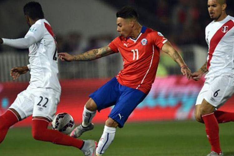 Eduardo Vargas memborong dua gol kemenangan Cile atas Peru di semifinal Copa America 2015, Senin (29/6/2015).
