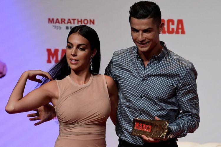 Megabintang Juventus asal Portugal, Cristiano Ronaldo, saat berpose dengan kekasihnya, Georgina Rodriguez, usai menerima penghargaan MARCA Leyenda (MARCA Legend) di Madrid, Spanyol, pada Senin (29/7/2019).