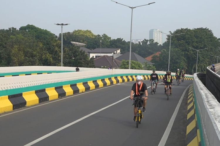 Sejumlah warga bersepeda saat Car Free Day di Jalan Layang Non-tol Pangeran Antasari, Jakarta Selatan, Minggu (28/6/2020) pagi