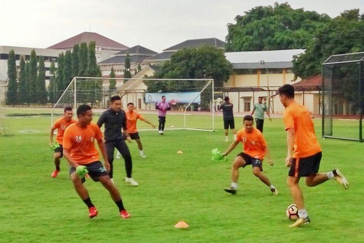 Para pemain PSS Sleman saat mengikuti latihan Perdana di Stadion Universitas Negeri Yogyakarta