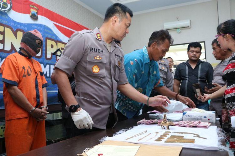 Ungkap kasus penipuan dengan modus dapat menarik emas batangan milik Presiden Soekarno di Mapolres Kebumen, Jawa Tengah, Sabtu (15/2/2020).