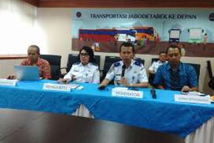 Dari kiri ke kanan foto, Pengamat Transportasi Darmaningtyas, Kepala BPTJ Elly Andriani Sinaga, moderator acara, dan Wakil Ketua Masyarakat Transportasi Indonesia (MTI) Djoko Setijowarnodalam diskusi di kantor BPTJ, Jakarta Selatan. Jumat (22/7/2016).