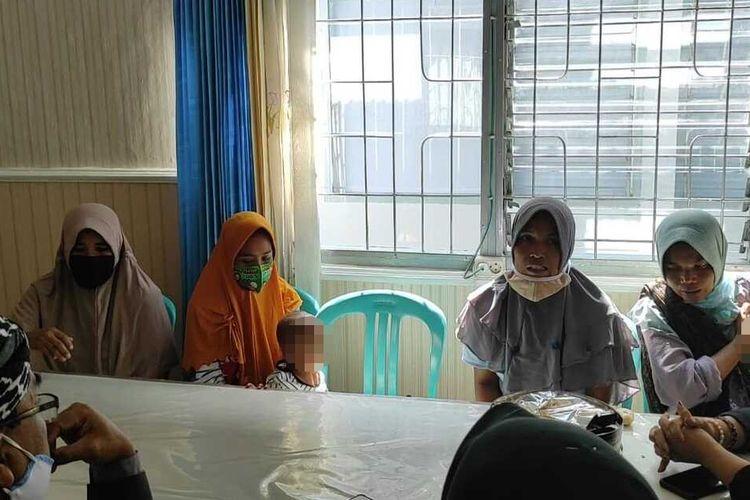 Sebanyak empat perempuan asal Desa Wajageseng, Kecamatan Kopang, Lombok Tengah, Nusa Tenggara Barat, harus mendekam di Rumah Tahanan (Rutan) Praya sejak Rabu (17/2/2021). Dua di antaranya membawa balita ke Rutan Praya karena masih menyusui.