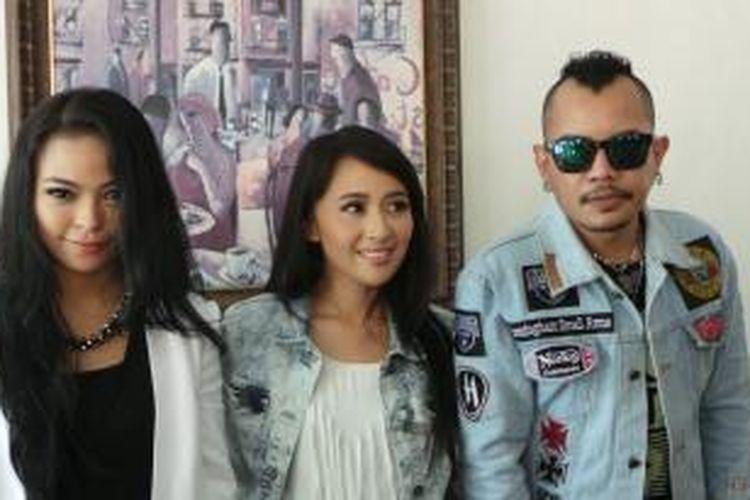 KotaK: (dari kiri ke kanan) Tantri, Chua, dan Cella