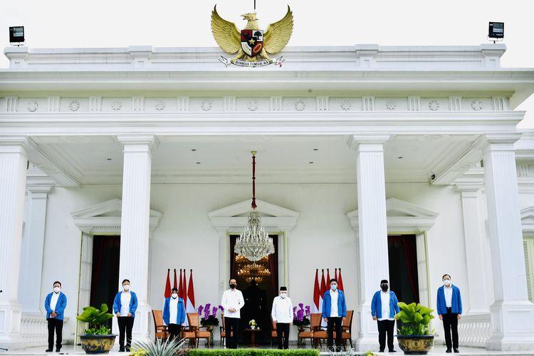 Presiden Joko Widodo (keempat dari kiri) didampingi Wapres Maruf Amin (keempat dari kanan) berfoto bersama dengan enam menteri baru di Kabinet Indonesia Maju Jilid 2 usai diumumkan di Istana Merdeka, Jakarta, Selasa (22/12/2020). Keenam orang calon menteri hasil kocok ulang (reshuffle) tersebut antara lain Tri Rismaharini sebagai Menteri Sosial, Sakti Wahyu Trenggono sebagai Menteri Kelautan dan Perikanan, Yaqut Cholil Qoumas sebagai Menteri Agama, Budi Gunadi Sadikin sebagai Menteri Kesehatan, Sandiaga Salahudin Uno sebagai Menteri Pariwisata dan Ekonomi Kreatif serta M Lutfi sebagai Menteri Perdagangan.