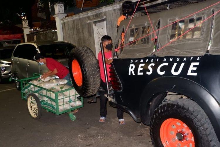 Relawan Dompet Dhuafa mendistribusikan bantuan beras dari donatur kepada masyarakat terdampak pandemi Covid-19 di sejumlah panti asuhan, Selasa (6/7/2021) malam.