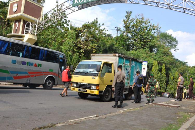 Petugas TNI-Polri merazia kendaraan di daerah Purwaharja, Kota Banjar, Jawa Barat, Senin (20/5/2019).