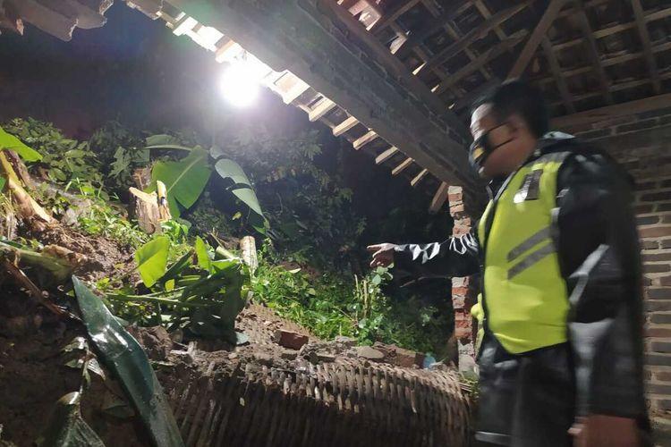 LONGSOR—Tanah longsor menimpa rumah salah warga Kecamatan Pulung, Kabupaten Ponorogo, Jawa Timur setelah hujan lebat melanda wilayah itu.