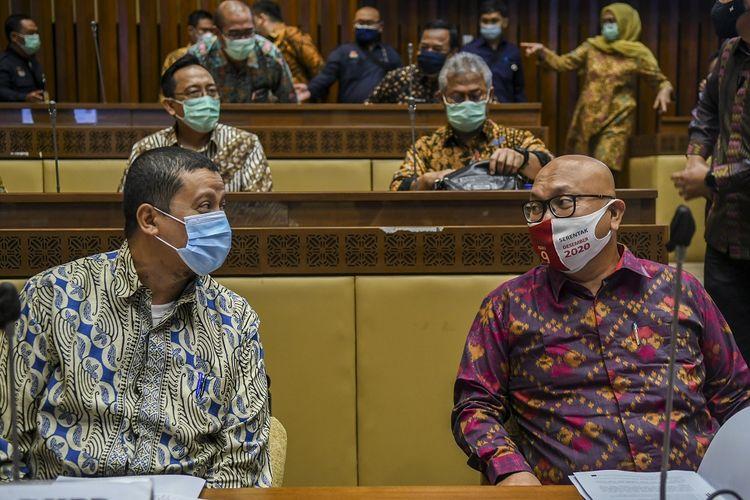 Pelaksana tugas (Plt) Ketua KPU Ilham Saputra (kanan) berbincang dengan Ketua Dewan Kehormatan Penyelenggara Pemilu (DKPP) Muhammad (kiri) sebelum mengikuti rapat kerja dengan Komisi II DPR di Kompleks Parlemen, Senayan, Jakarta, Selasa (19/1/2021). Rapat tersebut membahas evaluasi pelaksanaan Pilkada Serentak tahun 2020. ANTARA FOTO/Galih Pradipta/wsj.