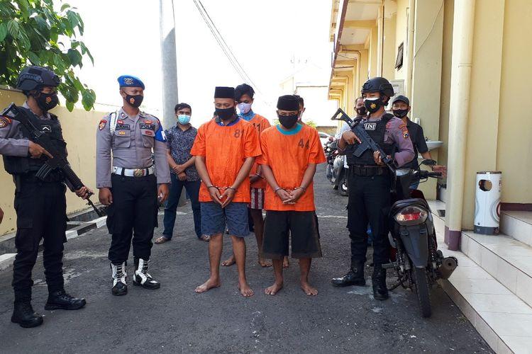 MA (kiri) mengenakan baju tahanan Polres Probolinggo.