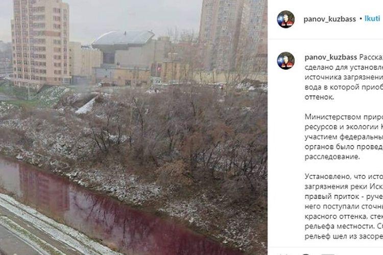 Sungai Iskitimka memerah karena tercemar air limbah di kota industri Kemerovo, Siberia, Rusia.