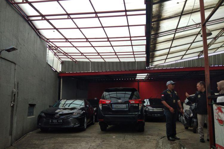 Mobil berjajar di garasi salah satu perusahaan rental mobil di Jalan PHH Mustopa, Kota Bandung, Senin (24/8/2020). Pandemi Covid-19 membuat para pengusaha rental mobil kelimpungan. Situasi itu diperparah dengan maraknya tindak penggelapan selama pandemi.