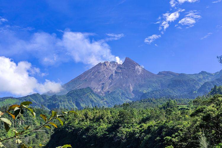 Puncak Gunung Merapi dilihat dari Wisata Deles Indah, Klaten.