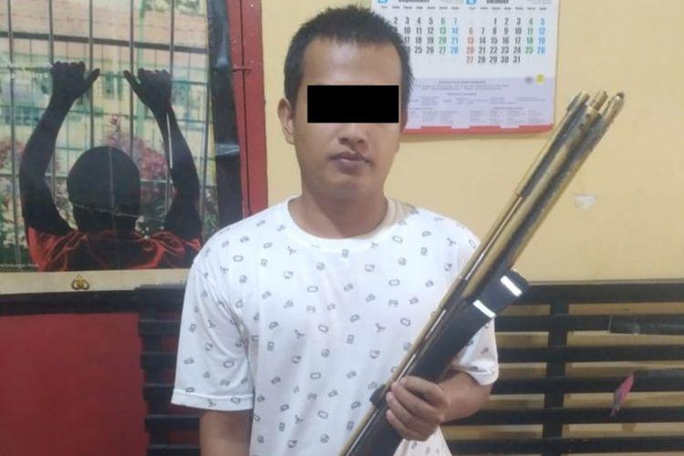 Pelaku penembakan diamankan di Polsek Rambah di Kabupaten Rokan Hulu, Riau, Minggu (13/10/2019).