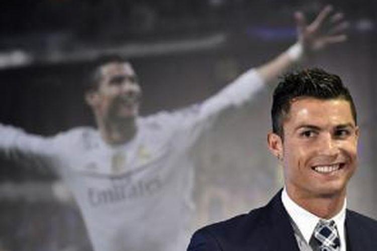 Pemain bintang Real Madrid, Cristiano Ronaldo, menerima penghargaan pencetak gol terbanyak Real Madrid di Stadion Santiago Bernabeu, pada 2 Oktober 2015.