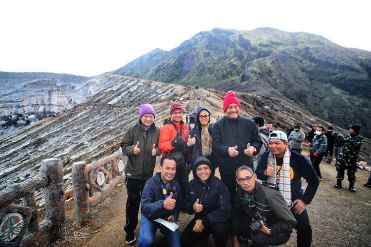 Sri Mulyani, Luhut Binsar, Agus Martowardojo serta Bupati Anas saat mendaki Gunung Ijen Jumat (2/3/2018)
