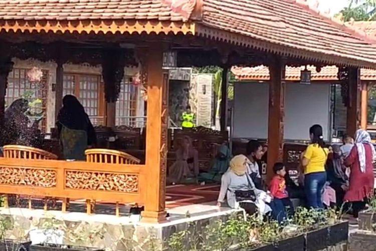 Sejumlah anggota arisan kurban di Cianjur, Jawa Barat, saat mendatangi rumah pengelola arisan untuk menagih pencairan paket arisan yang tak kunjung direalisasikan.