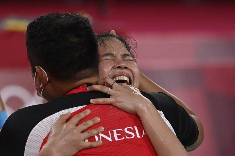 Greysia Polii memeluk pelatih Eng Hian setelah ia bersama Apriyani Rahayu menjadi pemenang medali emas di nomor ganda putri Olimpiade Tokyo 2020 setelah mengalahkan pasangan China Chen Qing Chen/Jia Yifan di Musashino Forest Sports Plaza pada 2 Agustus 2021.