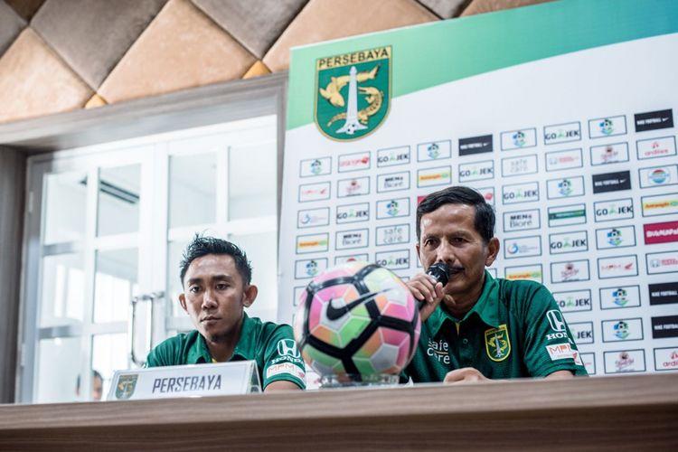Pelatih Djadjang Nurdjaman (kanan) bersama kapten Persebaya Surabaya Rendi Irwan memberikan keterangan pers di laga melawan PS Tira.