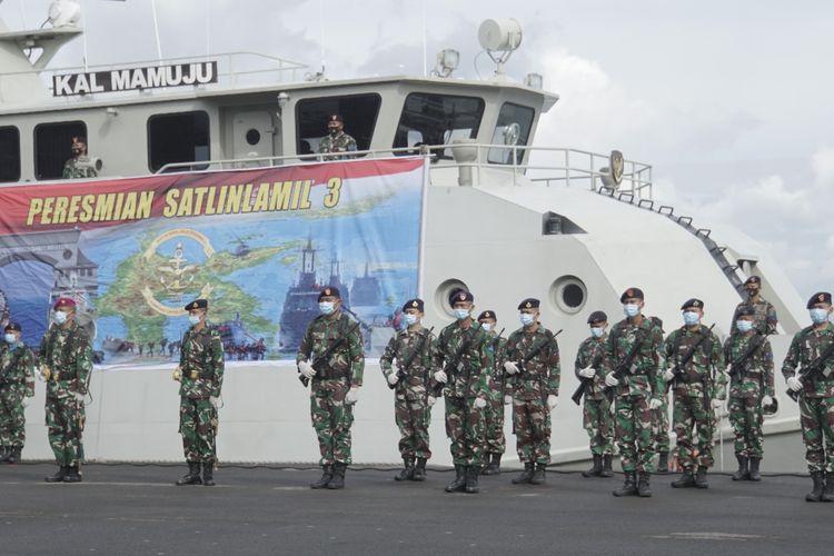 Panglima Komando Lintas Laut Militer (Kolinlamil) Laksda TNI Irwan Achmadi meresmikan berdirinya Satuan Lintas Laut Militer (Satlinlamil) III Makassar di Dermaga Lantamal VI, Makassar, Sulawesi Selatan, Rabu (2/12/2020).
