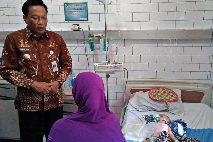 Bupati Gresik Sambari Halim Radianto (kiri), saat meninjau pasien di RSUD Ibnu Sina, Kamis (24/1/2019)