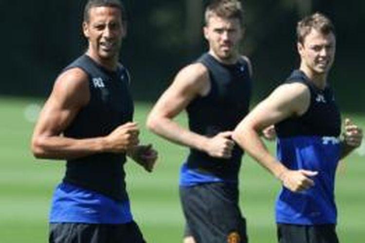 Trio pemain Manchester United (dari kiri ke kanan), Rio Ferdinand, Michael Carrick, dan Jonny Evans, akan ambil bagian dalam tur pramusim MU 2013 ke Asia dan Australia.