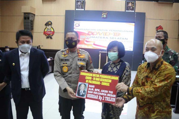 Irjen Pol Eko Indra Heri menerima bantuan dari keluarga Akidi Tio yang disumbangkan untuk penanganan Covid-19 di Sumatera Selatan, Senin (26/7/2021).