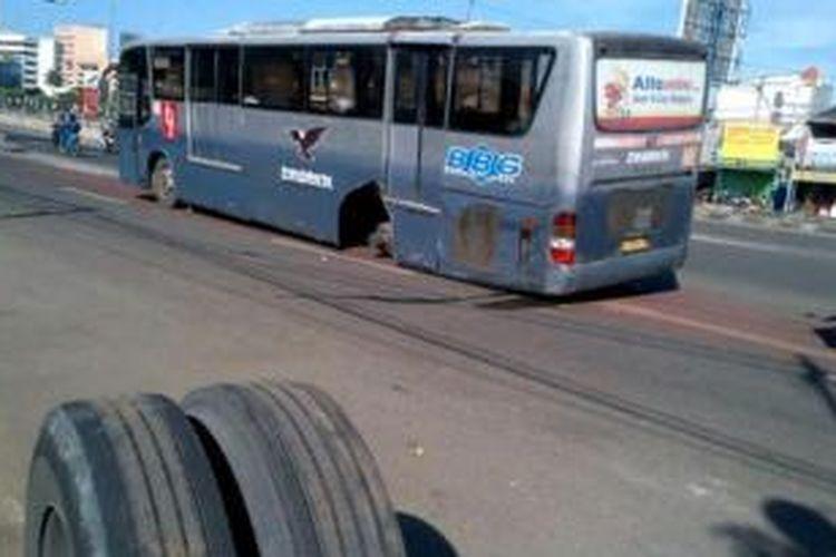 Bus koridor IV jurusan Pulogadung-Dukuh Atas akhirnya dievakuasi oleh petugas badan Layanan Umum TransJakarta. Bus telah dievakuasi ke pool di Pinang Ranti, Jakarta Timur. Sebelumnya roda belakang bus ini copot.