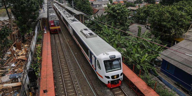 Kereta Api Bandara melintas di Stasiun Karet, Jakarta (8/1/2018).