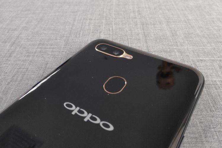 Di punggung Oppo A5s, terdapat dua sensor kamera yang masing-masing memiliki resolusi 13 megapiksel (lensa f/2.2) dan 2 megapiksel (lensa f/2.4, depth sensor). Dua kamera tersebut didesain dengan bulatan beraksen emas dan dibekali dengan modul LED flash, berikut pemindai sidik jari berbentuk elips.